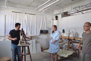 胡学富正在创作外国人体雕塑