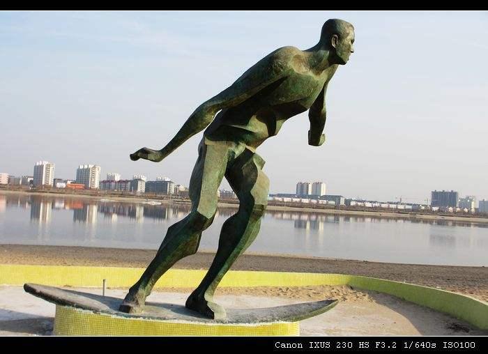 抽象冲浪的人物雕塑