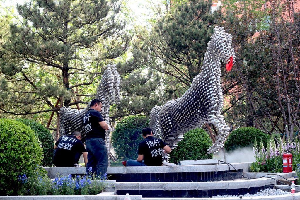 博仟雕塑公司正在进行马雕塑实施