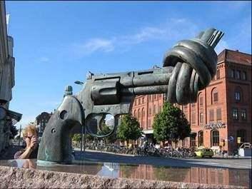 国外铸铜手枪城市雕塑