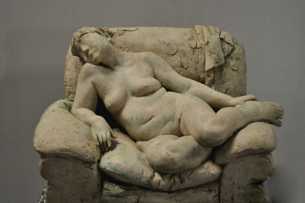 侧卧的女人裸体玻璃钢雕塑