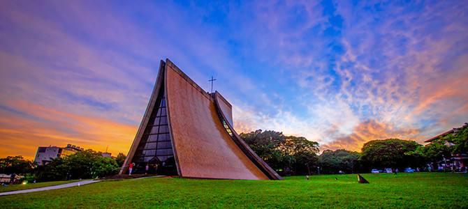 晚霞中的台中东海大学鲁斯教堂