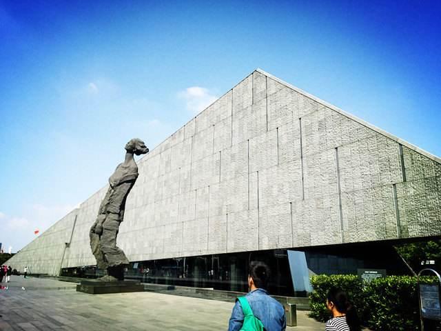 南京大屠杀纪念馆与大门前的人物雕塑