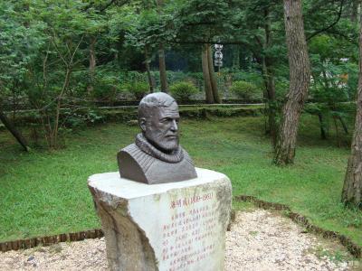 伟大作家海明威半身肖像雕塑