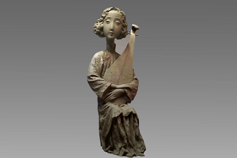人像雕塑作品采用铸铜材质很好的表现了衣褶的肌理与皮肤细腻的质感