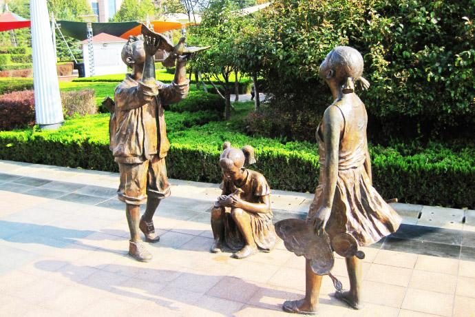 潍坊风筝广场放飞小孩现代人物铸铜万博体育彩票官网app