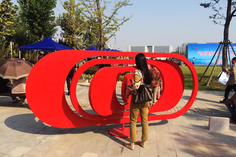 不锈钢雕塑加工的红色隐形不锈钢动态雕塑装置