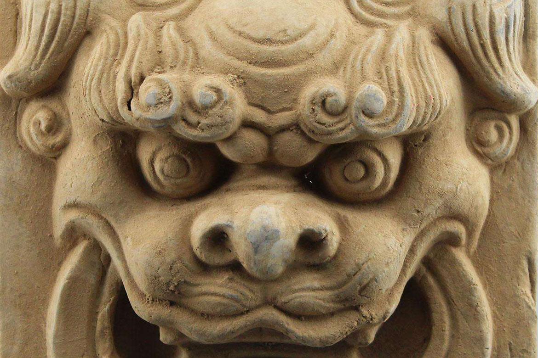 """在中国的文化中,狮子更多地是作为一种神话中的动物,而不是现实生活中的动物,和麒麟一起成为中国的灵兽。唐代高僧慧琳说:""""狻猊即狮子也,出西域。""""不知从何时起,狮子就成为了看守门户的吉祥物了,并且逐渐和中国文化相融合。 狮子的造型在不同的朝代有不同的特征,汉唐时通常强悍威猛,元朝时,身躯瘦长而有力,明清时,较为温顺。清代,狮子的雕刻已基本定型,《扬州画舫录》(1795年作)中规定:""""狮子分头、脸、身、腿、牙、胯、绣带、铃铛、旋螺纹、滚凿绣珠、出凿崽子。""""石狮不"""