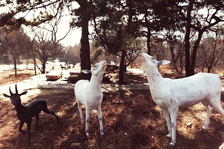 博仟北京雕塑公司雕塑制作的羊群着色水泥动物雕像