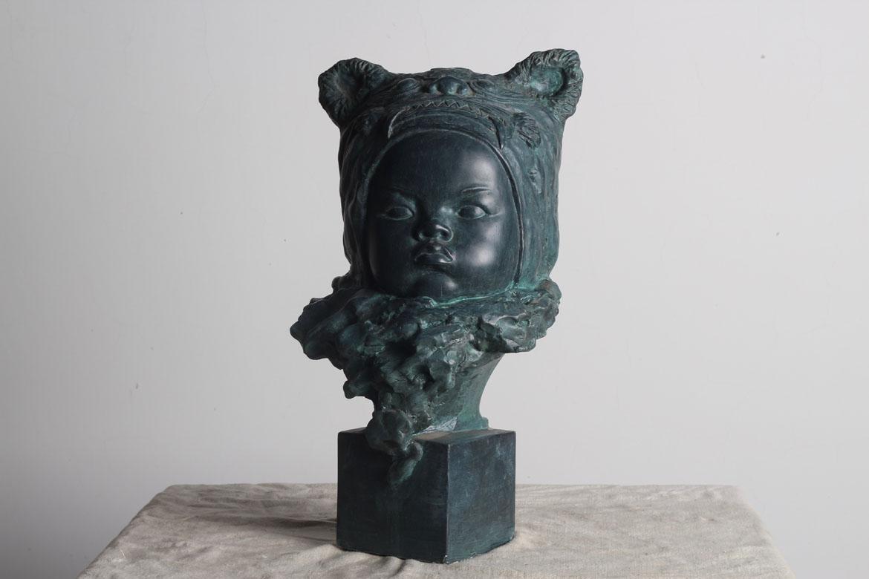 婴儿铸铜头像雕塑正面细节图