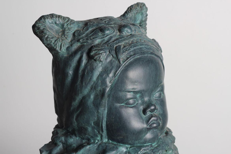 婴儿铸铜头像雕塑侧面细节图