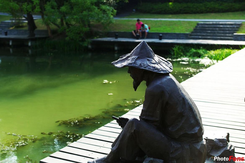 钓鱼的老人铸黄铜中国人物雕塑