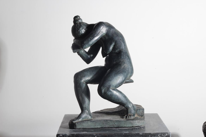 趴着的铸铜微胖女人体雕塑