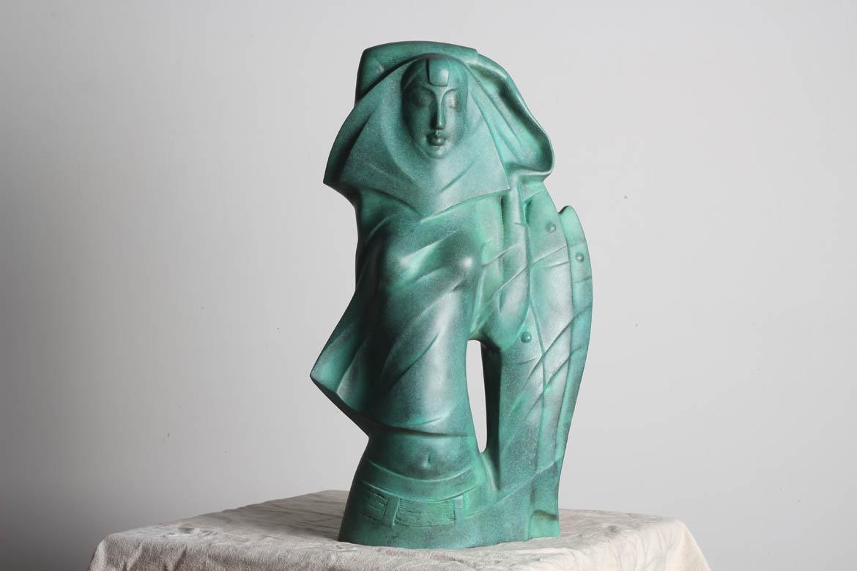 绿锈渔姑半抽象人物铸铜雕塑是博仟雕塑公司非常早期的架上雕塑作品,1984 《渔姑》入选第六届全国美展(北京.中国美术馆)