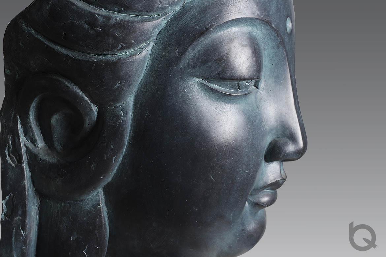 观音佛像铸铜雕塑侧面特写