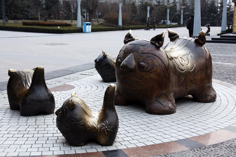 潍坊风筝广场铸铜动物布老虎雕塑