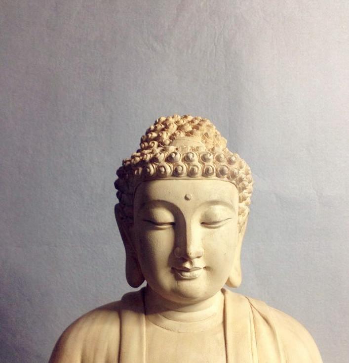 精美的释迦摩尼木雕刻佛像图片