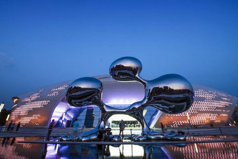夜景下的失重不锈钢水滴雕塑
