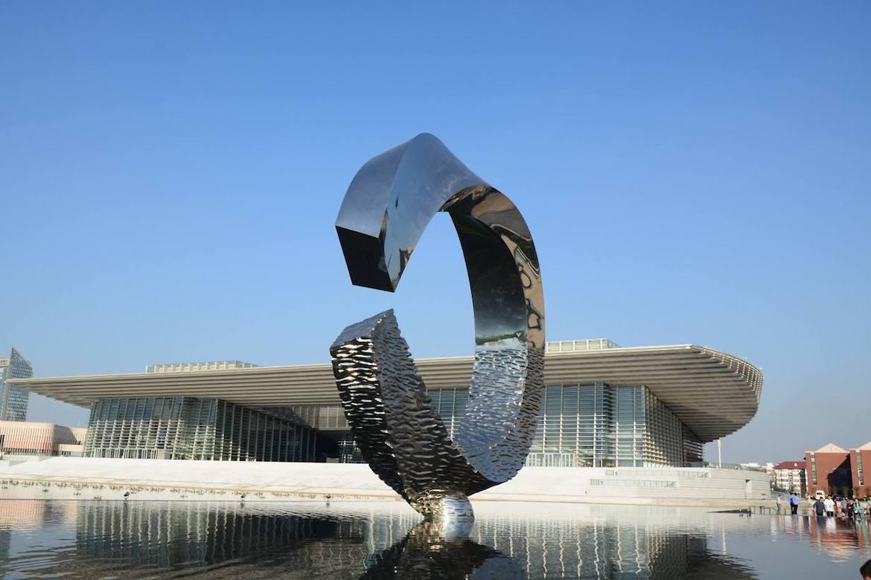 天津文化中心的不锈钢主题雕塑