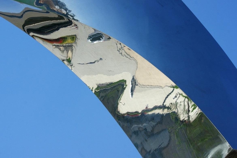 水上月不锈钢主题雕塑细节图