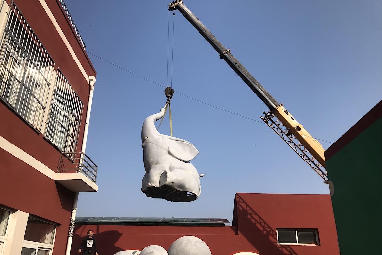 玻璃钢大象万博体育彩票官网app吊装