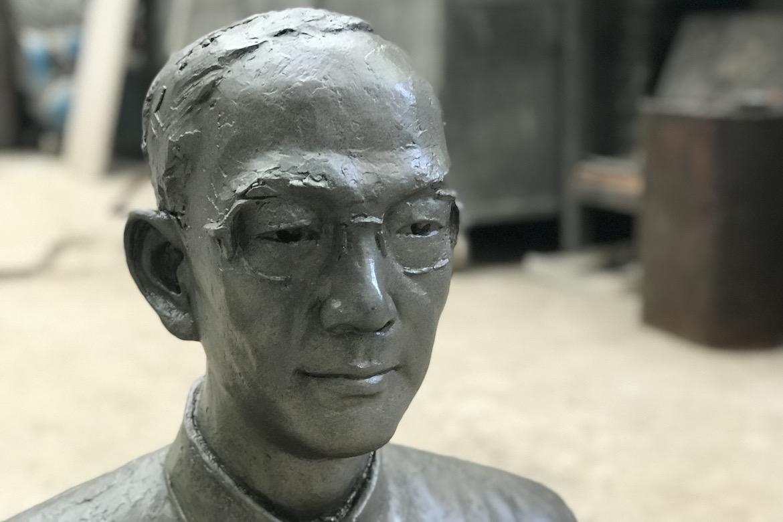 万博体育彩票官网app人像定制 陆志韦先生铸铜肖像打蜡过程